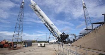 Rakieta Falcon 9 w czasie demonstracji przygotowań przedstartowych / Credits: NASA/Jim Grossmann