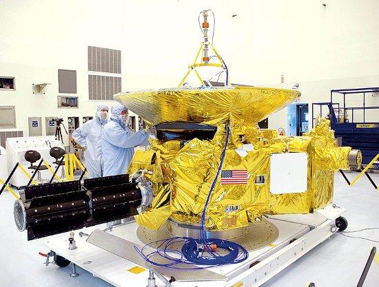 Sonda New Horizons przed startem - po lewej widoczne RTG z plutonem / Credits - NASA