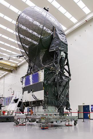 Satelita TDRS-L w trakcie prac naziemnych / Credits: Boeing