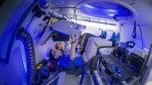 Chris Ferguson i Tony Castilleja w makiecie-symulatorze CST-100 w Houston, 25 lutego 2014 roku.
