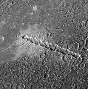 Kratery na Ganimedesie, powstałe wskutek zderzenia z kometą podobną do S-L 9 / Credits - NASA