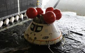 Testowa kapsuła Orion w trakcie drugich ćwiczeń w odzyskiwaniu z oceanu / Credit: NASA