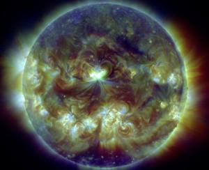 Kompozytowy obraz rozbłysku klasy X1.6 na trzech falach ultrafioletowych / Credits - NASA, SDO