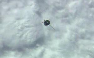 Sojuz TMA-14M zbliżający się do ISS. Widoczny brak jednego panela ogniw słonecznych - 26 września 2014
