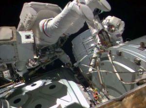 Astronauci NASA, Reid Wiseman (po lewej) oraz Barry Wilmore podczas prac na spacerze kosmicznej