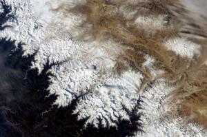 Mt Everest widziane z pokładu ISS. Mt Everest znajduje się niedaleko chmury w środkowej części zdjęcia / Credits - NASA