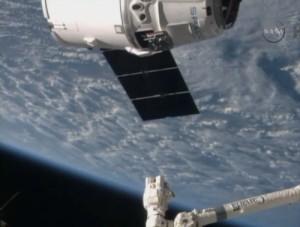 Statek Dragon na minuty przed przechwyceniem / Credits: NASA TV