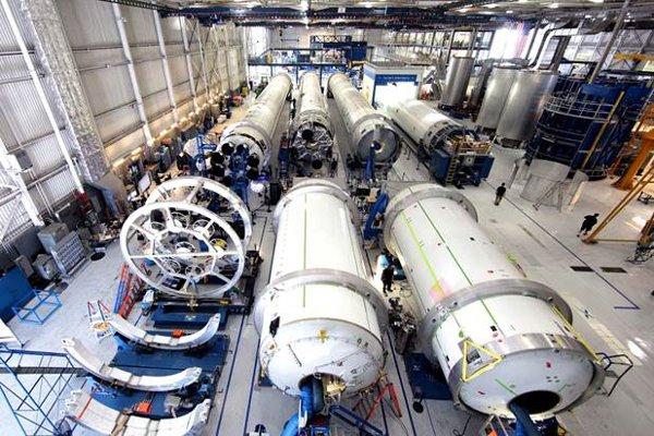 Wnętrze hali produkcyjnej rakiet Falcon / Credits - SpaceX