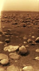 Zdjęcie powierzchni Tytana z lądownika Huygens / Credits: ESA, wikipedia Andrey Pivovarov