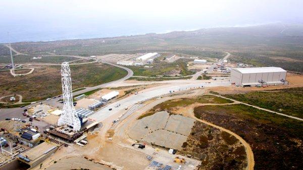 Widok na wyrzutnię SLC-4E, z widocznym hangarem i konstrukcją do unoszenia rakiet / Credits - SpaceX