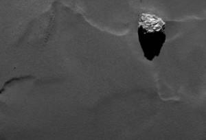 Głaz Cheops z wysokości około 28,5 km / Credits - ESA/Rosetta/MPS for OSIRIS Team MPS/UPD/LAM/IAA/SSO/INTA/UPM/DASP/IDA