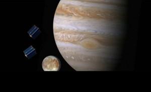 Wizja artystyczna satelitów typu CubeSat nad Europą i Jowiszem. NASA przekazała finansowanie dla 10 uniwersytetów na przestudiowanie możliwości zabrania w ramach misji Europa Clipper uczelnianych CubeSatów / Credits: NASA/JPL-Caltech