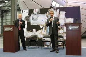 William Gerstenmaier (NASA) i Robert Bigelow (Bigelow Aerospace) na uroczystym zakończeniu prac nad BEAM, 12 marca 2015 / Credit: Bigelow Aerospace