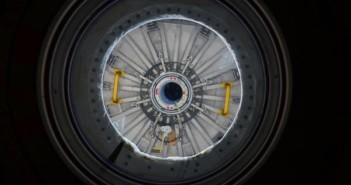 Zdjęcie włazu PMM w pewnej odległości od ISS podczas przenosin modułu / Credits - NASA, ESA, Samantha Cristoforetti