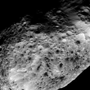 Hyperion widziany przez sondę Cassini / Credits: NASA