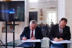 Podpisanie porozumienia między TAS Polska a Śląskim Centrum Naukowo-Technologicznym Przemysłu Lotniczego. Od prawej: Wojciech Woźniach (SCNTPL), Jean-Loic Galles (TAS), Warszawa, 8 czerwca / Credit: TAS Polska