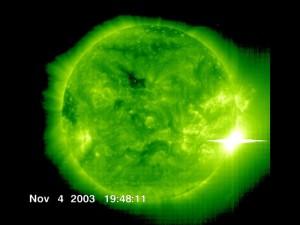 Jeden z obrazów najsilniejszego zarejestrowanego rozbłysku w historii współczesnych pomiarów aktywności słonecznej: rozbłysk klasy X28 z 4 listopada 2003 / Credits - ESA, NASA, SOHO