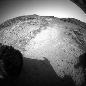 Przykład przejazdu łazika MSL po podłożu z mniejszą ilością kamieni - sol 1037 / Credits - NASA/JPL-Caltech