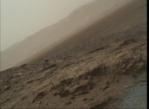 (Kompozytowe) spojrzenie na masyw Mt Sharp z regionu, w którym obecnie łazik przebywa - sol 1035 / Credits - NASA/JPL-Caltech/MSSS