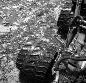 Inne spojrzenie na uszkodzone koła MSL / Credits - NASA/JPL-Caltech