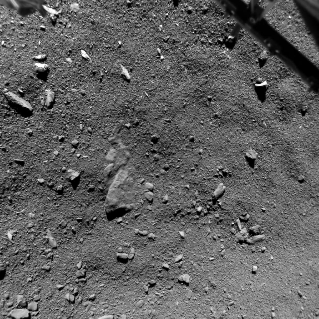 Zdjęcie powierzchni komety 67P wykonane przez Philae z odległości 9 metrów. Wykonane w trakcie lądowania Philae, 12 listopada 2014 o godz. 15:33:58 GMT. Obejmuje obszar około 10 metrów i ma rozdzielczość 0,95 cm/piksel. Widać na nim pojedyncze kamienie, bryłki lodu i teksturę regolitu / Credit: ESA/Rosetta/Philae/ROLIS/DLR
