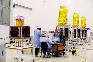 Satelity DMC-3 oraz CBNT-1 w clean roomie / Źródło: ISRO