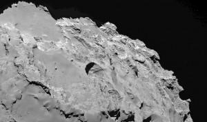 Jedna z 18 zidentyfikowanych dziur na powierzchni 67P, u których widać wewnętrzne warstwy / Credits - ESA, Rosetta, Vincent et al.