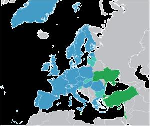 Państwa członkowskie Europejskiej Agencji Kosmicznej (kolor niebieski). W kolorze jasnoniebieskim zaznaczono Europejskie Państwa Współpracujące (ECS), a na zielono sygnatariuszy Umowy o Współpracy
