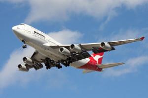 Boeing 747-438 linii Qantas transportujący dodatkowy silnik (najbardziej wewnętrzny, pod lewym skrzydłem) z Sydney do Johannesburga dla siostrzanego samolotu VH-OJL, który 16 lipca 2011 roku doznał usterki silnika nr 3 lecąc na tej samej trasie / Credit: Greg Wood
