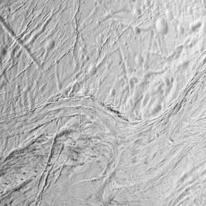 Jeden z zobrazowanych podczas bliskiego przelotu obszarów Enceladusa to bogaty w ułożone równolegle uskoki i bruzdy rejon Samarkand Sulci / Źródło: NASA