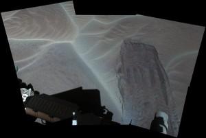 """Ślad po ruchu jednego z kół łazika po piaskach wydmy """"Bagnold Dunes"""" / Credits - NASA/JPL-Caltech/MSSS"""