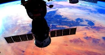 Zdjęcie z 3 stycznia 2016 - kapsuła Sojuz przyłączona do ISS nad pustynnym obszarem Ziemi / Credits - NASA, Scott Kelly