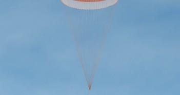 Kapsuła powrotna Sojuza TMA-18M wraca na Ziemię / Credits - NASA/Bill Ingalls