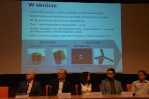 Zdjęcie przezentujące slajd z krótkim opisem SAT-AIS-PL oraz przedstawicieli konsorcjum tego projektu / Credits - K Kanawka, kosmonauta.net, Blue Dot Solutions