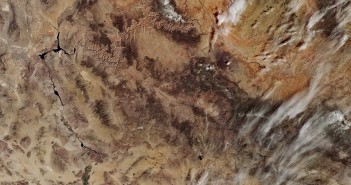 Szczegóły obrazu Kalifornii z Sentinela-3A: śnieg, kaniony, obszary rolnicze i rzeki na terenie w większości pozbawionym większej ilości wegetacji / Credits - Copernicus data (2016)